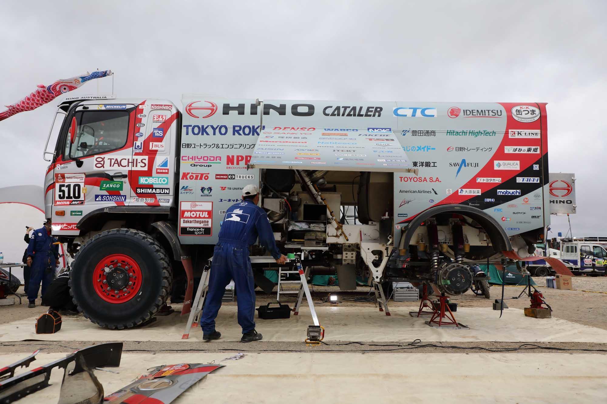 マルコナのビバークで整備される2号車 0B5A1141.jpg