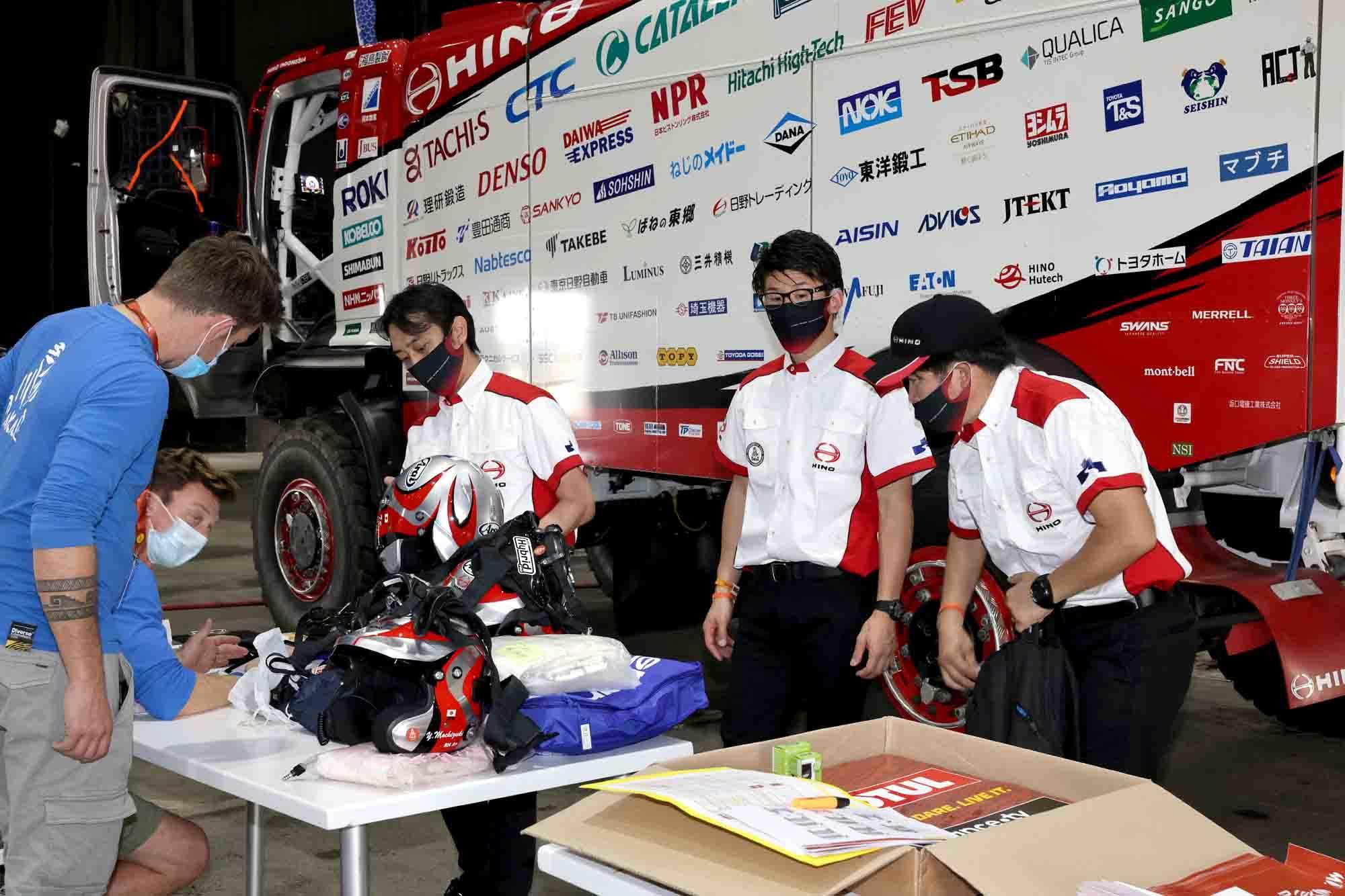 車検会場で装備品検査を受ける日野チームスガワラ 1N9A2935.jpg