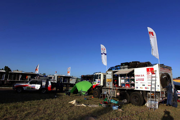 A group of assistants waiting for the arrival of Hino 500 Series vehicles at the bivouac located next to the airport in San Rafael.
