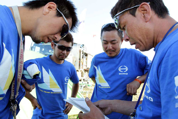 Mechanics reading the cheering and supportive messages from Japan.